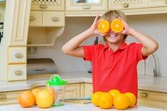Adolescente divertido con la fruta cítrica Muchacho que sostiene la fruta Fotografía de archivo libre de regalías