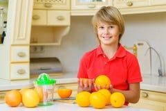 Adolescente divertido con la fruta cítrica Muchacho que sostiene la fruta Imágenes de archivo libres de regalías