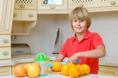 Adolescente divertido con la fruta cítrica Muchacho que sostiene la fruta Imagenes de archivo