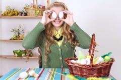 Adolescente divertido con los huevos de Pascua en cesta Fotos de archivo libres de regalías