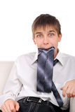 Adolescente divertido con una corbata Foto de archivo