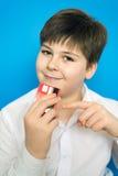 Adolescente divertido con una tarjeta de banco Imágenes de archivo libres de regalías