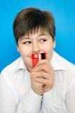 Adolescente divertido con una tarjeta de banco Fotos de archivo