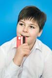 Adolescente divertido con una tarjeta de banco Fotografía de archivo libre de regalías