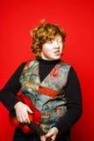 adolescente divertido del Rojo-pelo que toca poca guitarra Imagenes de archivo
