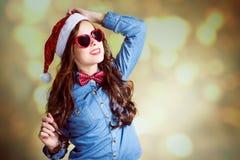 Adolescente divertido en gafas de sol en forma de corazón y Imagen de archivo