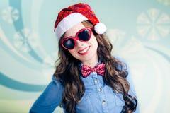 Adolescente divertido en gafas de sol en forma de corazón y Imágenes de archivo libres de regalías