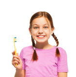 Adolescente divertido en la camiseta rosada que cepilla sus dientes Foto de archivo