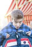 Adolescente divertido en un mercado de pulgas Foto de archivo libre de regalías