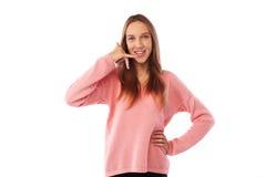 Adolescente divertido que imita una conversación de la llamada de teléfono mientras que presenta Foto de archivo