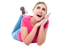 Adolescente divertido que miente en flooor Imagen de archivo libre de regalías