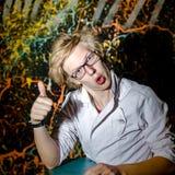 Adolescente divertido que presenta como un profesor o un estudiante loco Fotos de archivo