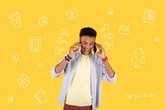 Adolescente divertido que ríe mientras que usa dos teléfonos simultáneamente Fotografía de archivo libre de regalías