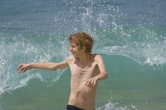 Adolescente divirtiéndose con las altas ondas Imagen de archivo libre de regalías
