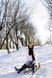 Adolescente divirtiéndose en el trineo Fotografía de archivo libre de regalías