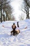 Adolescente divirtiéndose en el trineo Foto de archivo