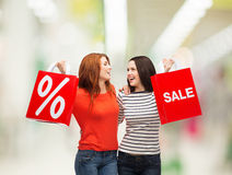 Adolescente dois de sorriso com sacos de compras Foto de Stock Royalty Free