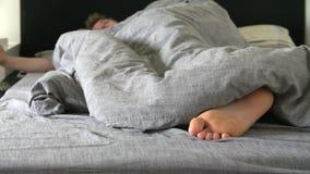 Adolescente dormido en cama almacen de video