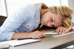 Adolescente dormido en clase Imágenes de archivo libres de regalías