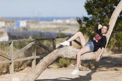 Adolescente dormido encima de un árbol Imágenes de archivo libres de regalías