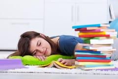 Adolescente dormido por el libro Imagen de archivo