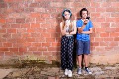 Adolescente dos con smartphones Fotografía de archivo