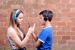 Adolescente dos con smartphones Imágenes de archivo libres de regalías