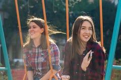 Adolescente dos en el oscilación Imágenes de archivo libres de regalías