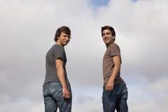 Adolescente dos que mira detrás Foto de archivo libre de regalías