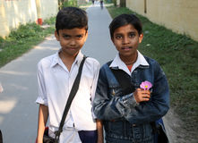 Adolescente due sul loro modo al banco Immagini Stock