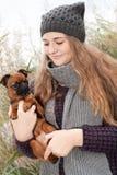 Adolescente dulce del invierno y su pequeño perro Fotos de archivo