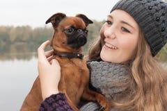 Adolescente dulce del invierno y su perro Imagen de archivo