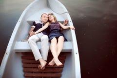 Adolescente dulce en el barco blanco Imagen de archivo libre de regalías