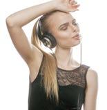 Adolescente dulce joven en auriculares que canta Foto de archivo libre de regalías