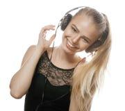 Adolescente dulce joven en auriculares que canta Fotos de archivo libres de regalías