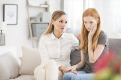Adolescente durante a sessão de assistência psicológica imagem de stock