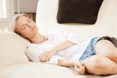 Adolescente durmiente en casa Foto de archivo