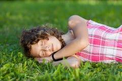 Adolescente durmiente que miente en hierba Fotos de archivo libres de regalías