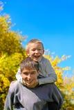 Adolescente e bambino felici Fotografie Stock Libere da Diritti