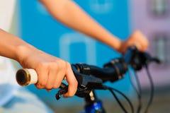 Adolescente e bici in città Fotografia Stock Libera da Diritti