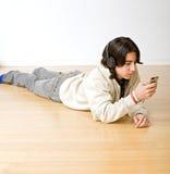 Adolescente e iphone Fotos de archivo