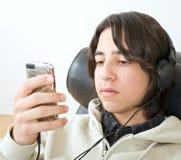 Adolescente e iphone Imágenes de archivo libres de regalías