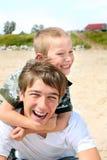 Adolescente e miúdo felizes Fotografia de Stock
