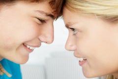 Adolescente e ragazzo con il contatto delle teste Fotografia Stock Libera da Diritti