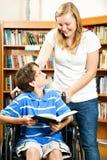 Adolescente e ragazzo invalido Fotografie Stock Libere da Diritti