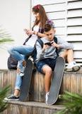Adolescente e sua amiga com smartphones Foto de Stock Royalty Free