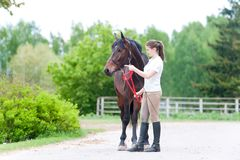 Adolescente ecuestre del dueño que muestra a caballo el entrenamiento correcto Fotos de archivo