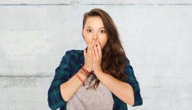 Adolescente effrayée au-dessus de mur en pierre gris image libre de droits