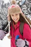 Adolescente el día de fiesta del esquí en montañas Foto de archivo