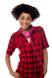 Adolescente elegante con los auriculares alrededor de su cuello Fotografía de archivo libre de regalías